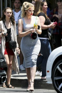 View the Kendall Jenner trend file, the very best looks worn by on trend Kendall. Estilo Khloe Kardashian, Khloe Kardashian Photos, Kardashian Beauty, Kardashian Jenner, Ukraine Girls, Kendall Jenner Outfits, Estilo Fashion, Curvy Models, Ladies Dress Design
