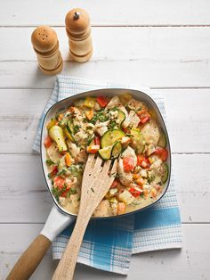Mediterranes Pfannengericht mit Hähnchenbrustfilet, Paprika, Zucchini, Karrotte und Champignons