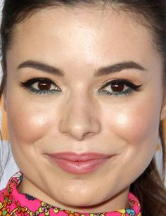 Close-up of Miranda Cosgrove at the 2017 Kids' Choice Awards.