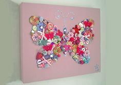 Leuk idee voor een saaide zondagmiddag: Teken de vorm van (bijvoorbeeld) een vlinder op canvas en vul deze in met knoopjes, strikjes en andere dingetjes waarvan je altijd al dacht: ik bewaar ze, maar waarvoor?!