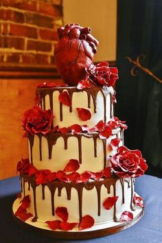 crazy wedding cakes Check out this wedding cake with an anatomical heart cake topper, made out of Rice Krispie treat. In fact, we took a vote and quot;anatomical heart cake topper, made out of Rice Krispie treatquot; Menu Halloween, Bolo Halloween, Halloween Torte, Halloween Wedding Cakes, Creepy Halloween, Halloween Ideas, Gothic Halloween, Crazy Cakes, Crazy Wedding Cakes