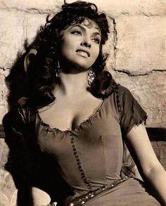 """Sostén ascensional. Howard Hughes, inventor del sostén ascensional, logró que firmara una opción, pero cuando Gina llegó a Hollywood se encontró el contrato condicionado a una proposición matrimonial, que rechazó, quedando excluida de rodar durante siete años en Estados Unidos.(Ver vídeo de Gina en la escena de la danza en <em>El jorobado de Notre Dame </em><a href=""""http://www.youtube.com/watch?v=fwzpdos5myc"""">http://www.youtube.com/watch?v=FWzPdoS5myc</a>)"""