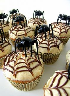 Love these spider cupcakes - could actually work for a Spiderman birthday party, too!