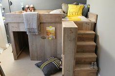 De prikkelvrije kinderkamer | Eigen Huis & Tuin Een stoere kinderslaapkamer van steigerhout en niet te veel kleur. Lekker tot rust komen. Een bed op hoogte met daaronder een speelhut.