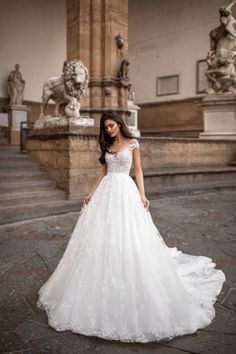 Lidia Milla Nova stands out even in front of these monuments Bridal Wedding Dresses, Cheap Wedding Dress, Dream Wedding Dresses, Vestidos Boutique, Rembo Styling, Different Dresses, Monuments, Royal Wedding Dresses, Mermaid Wedding Gowns