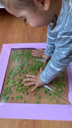 Check out this easy to make green pea sensory bag idea! The peas dance and bounce with every touch. It's so mesmerizing to watch! Check out this easy green pea sensory bag idea! The peas dance and bounce with every touch. It's so mesmerizing to watch! Montessori Baby, Montessori Bedroom, Toddler Learning Activities, Montessori Activities, Infant Activities, Summer Activities, Kids Learning, 7 Month Old Baby Activities, Toddler Activity Board