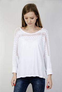 Biała bluzka ze wzorami
