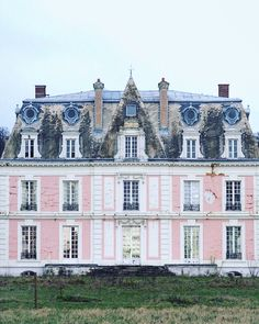 FleaingFrance.....A pink chateau in France? Yes please