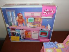 SINDY+HASBRO+WORKING+LIGHT+N+SOUNDS+KITCHEN+CAFE+1993+BOXED Childhood Toys, Childhood Memories, Sindy Doll, Dolls, Toy Chest, Kitchen, Pink, Ebay, Collection