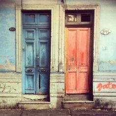 Puertas en Santiago de Chile by  @laciudadalinsta © Santiago Chile, Instagram, Windows, Doors, Photo And Video, World, Home Decor, Facades, Cities