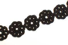 Simple, yet elegant, pretty crochet flower choker. Free pattern. •✿• Teresa Restegui http://www.pinterest.com/teretegui/ •✿•
