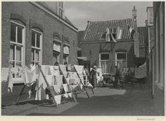 Werfstraat 36 t/m 50, hofje van Betje van Duijne op wasdag. 1949 Dienst Stadsontwikkeling en Volkshuisvesting #ZuidHolland #Scheveningen
