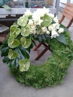 Grün -Weiß - Kopfgarnierung Arrangements Funéraires, Funeral Floral Arrangements, Ikebana, Deco Floral, Arte Floral, Funeral Flowers, Wedding Flowers, Funeral Sprays, Grave Decorations