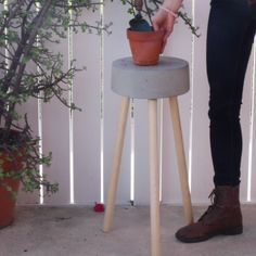 Secrets To Getting Your Girlfriend or Boyfriend Back - Minimalist Concrete Stool How To Win Your Ex Back Free Video Presentation Reveals Secrets To Getting Your Boyfriend Back Concrete Crafts, Concrete Projects, Diy Home Crafts, Diy Home Decor, Concrete Stool, Cement Table, Cement Art, Cement Planters, Concrete Garden