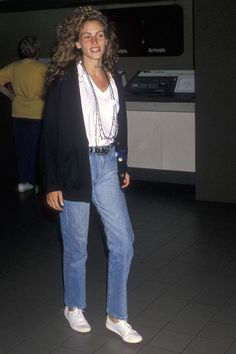 What Celebrity Airport Outfits Looked Like in the Best celebrity airport style Julia Roberts Celebrity Airport Style, Celebrity Style Casual, Celebrity Fashion Outfits, Celebrity Style Inspiration, 1990 Style, Style Année 90, Indie Style, 1990s Fashion Trends, 80s Fashion