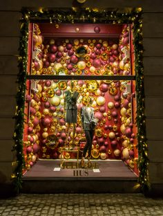 #christmas #window #display #magasindunord #copenhagen #vm #windowdesign #gifts #gift #gold #glitter #tree #christmaswindows #magasininstore #baubles #bordeaux #bauble #window #design