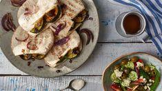Szukasz sprawdzonego przepisu na pitę z fetą i sałatkę grecką? Zajrzyj na stronę… Lidl, Feta, Grilling, Tacos, Mexican, Ethnic Recipes, Crickets, Mexicans