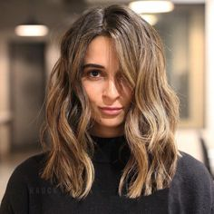 """Lower maintenance styles are also always a good call — ask for a """"wash and wear"""" style that'll save you infinite time every day: Change Your Hair Up In 2018 With One Of These On-Trend Cuts Brown Blonde Hair, Wavy Hair, Pretty Hairstyles, Easy Hairstyles, Medium Hair Styles, Curly Hair Styles, One Length Hair, Blunt Mid Length Hair, Undone Look"""