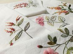 #개인매트 #무명 #야생화자수 #embroidery #햇볕 좋은 가을날 #비누 갈아서 폭폭삶아 정갈한 밥상 차리자^^