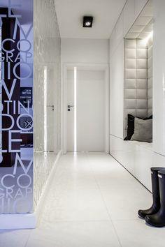 Hel speilvegg i entre dobler romfølelsen Condo Design, Apartment Design, Home Interior Design, Interior Architecture, Interior And Exterior, House Entrance, Entrance Hall, Design Hall, Upholstered Wall Panels
