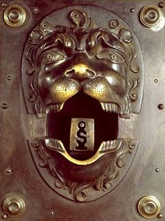 """Inventée par les serruriers Merlin et Duval au XVIIIème siècle, la serrure dite """"prévôtale"""" ou """"pince-voleurs"""" est destinée à arrêter le voleur qui essaie de la crocheter. Les mâchoires du lion se referment sur le poignet. Elles sont maintenues ouvertes par un ressort qui, lorsqu'on introduit une fausse clé, un crochet ou un rossignol dans l'entrée de clef, déclenche la fermeture des mâchoires ...  Serrure fabriquée à Paris vers 1780 - Musée Bricard"""