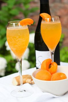 Apricot Ginger Bellinis - Replace your traditional mimoa wih this super EASY to make cocktail! Wine Cocktails, Summer Cocktails, Cocktail Drinks, Fun Drinks, Yummy Drinks, Cocktail Recipes, Alcoholic Drinks, Martini Recipes, Champagne Cocktail