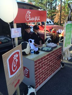 Trunk or Treat Chick-fil-A drive thru T. Trunk or Treat 2 Halloween Carnival, Holidays Halloween, Halloween Themes, Halloween Decorations, Halloween Party, Starbucks Halloween Costume, Fall Carnival, Halloween Costumes, Halloween Traditions