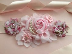 Maternity Sash for a girl💞 Babyshower, gift for mommy to be, order now, bellyflowers🌺 Fabric Bows, Fabric Flowers, Distintivos Baby Shower, Rent Dresses, Maternity Sash, Sash Belts, Corsages, Baby Headbands, Crafts To Make