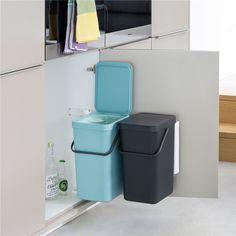 Ligt je keukenkastje vol met schoonmaakspullen? Daar passen makkelijk twee afvalemmers bij! De Sort & Go inbouwemmers bevestig je aan de muur of de binnenkant van het keukenkastje, zo hangt er geen gewicht aan de deur en scheid je het afval.