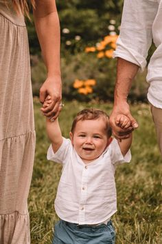 Family Pictures Outside, Summer Family Pictures, Family Photos With Baby, Outdoor Family Photos, Fall Family Photos, Outdoor Baby Pictures, Pictures Of Families, Neutral Family Photos, 1 Year Pictures