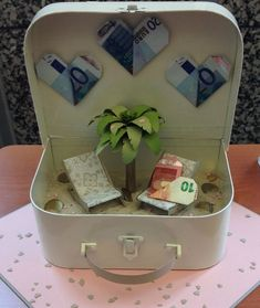 40 Creative Money Gifts for the Grad! Craft Wedding, Diy Wedding, Wedding Gifts, Wedding Ideas, Diy Father's Day Gifts, Father's Day Diy, Don D'argent, Money Bouquet, Creative Money Gifts