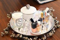 útiles de maquillaje agrupados en una bandeja #Organization #Makeup #mariannan