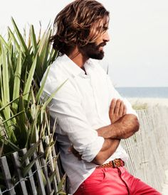 so handsome, only real men can have red pants Hair And Beard Styles, Long Hair Styles, Look Fashion, Mens Fashion, Groomsmen Fashion, Beard Love, Its A Mans World, Man Bun, Gentleman Style