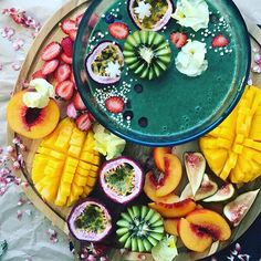 Green smoothie bowl by @ducklings.and.deadlifts is spirulina + frozen bananas + almond milk + water + coconut cream, topped with an abundance of fruit & some puffed quinoa!!