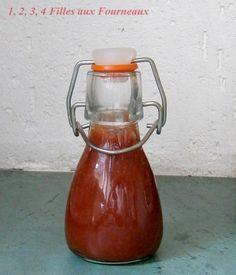 Ketchup maison - 2 petites boîtes de concentré de tomates de 70 g chacune - 3/4 de gobelet de sucre (70 g) - 3/4 de gobelet de vinaigre de cidre (75 ml) - 2 gobelets d'eau (200 ml) - sel & poivre - épices (facultatif, je n'en avais pas mis) - 1 pointe de couteau de piment de Cayenne