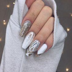 Uñas de estilo ballerina en color blanco con glitte