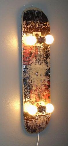 Wieder mal eine schöne Zweitverwendung für alte, abgeschredderte Skateboards: Lampe!