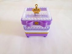 Caixinha Princesa Sofia                                                                                                                                                                                 Mais Festa Monster High, Princess Sofia Party, Sweet Buffet, Wedding Gifts For Guests, Guest Gifts, Sofia The First, Princesas Disney, Party Themes, Decorative Boxes