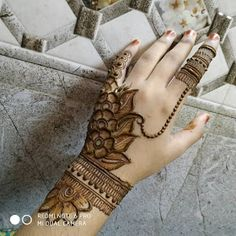 Henna tattoos While traditional mehndi is synonymous with Indian weddings, many modern Indian brides have started opting for contempo. Floral Henna Designs, Mehndi Designs Book, Back Hand Mehndi Designs, Simple Arabic Mehndi Designs, Mehndi Designs 2018, Mehndi Designs For Beginners, Modern Mehndi Designs, Mehndi Design Pictures, Dulhan Mehndi Designs