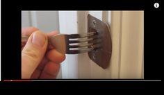 Mira lo que pasa al colocar este tenedor en la cerradura ¡No querrás dejar de hacerlo! (VIDEO) | i24mujer