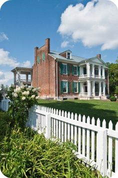 Carnton Plantation, Franklin, TN, I read a book about the Widow of the South, it was fascinating. Southern Plantation Homes, Southern Mansions, Southern Plantations, Southern Homes, Plantation Houses, Southern Charm, Beautiful Homes, Beautiful Places, Beautiful Gardens