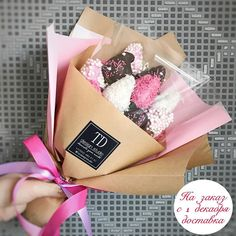25 Ideas for chocolate ideas wrapping Food Bouquet, Candy Bouquet, Pinterest Valentines, Party Deco, Edible Bouquets, Sweet Box, Strawberry Dip, Chocolate Gifts, Valentine Chocolate