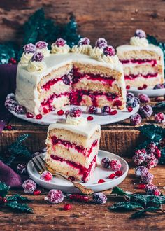 Cranberry Cake (Vegan Vanilla Cake) This Cranberry Cake is made of fluffy Vegan Vanilla Cake layers, a homemade Cranberry Compote Filling and a creamy Frosting. It's not only the perfect Christmas Cake but also for any time! Desserts Végétaliens, Vegan Dessert Recipes, Cake Recipes, Healthy Recipes, Vegan Vanilla Cake, Cake Vegan, Cranberry Cake, Cranberry Recipes, Vegan Recipes