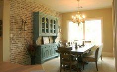 Salle à manger avec mur en briques claires pour une ambiance familiale sympathique