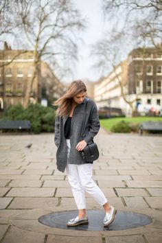 Our Marketing Assistant Rianne wears our Saddle Bag in Black.