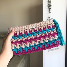Saindo uma carteira de mão fresquinha aqui 💕👛 #dissearaposa #crochet #croche #crocheting #crochetando #ganchillo #bag #bolsas… Crochet Pencil Case, Crochet Case, Crochet Clutch, Crochet Purses, Free Crochet, Knit Crochet, Crotchet Bags, Knitted Bags, Crochet Purse Patterns