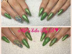 Super flotte negle lavet af Vores negletekniker Betina. Negle med grøb glimmer og negle diamanter. Du kan også blive uddannet hos nail4you.