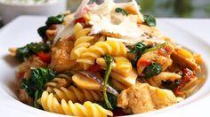 testovinovy salat s kurecim masem, baby spenatem, cesnekovo pazitkovy dip, c Pasta Recipes, Dip, Treats, Ethnic Recipes, Food, Baby, Sweet Like Candy, Salsa, Goodies