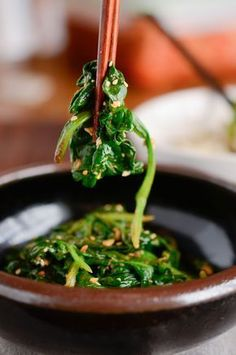 How to make Korean Spinach, Shigumchi Namool (시금치 나물) - Lebensmittel Vegetable Recipes, Vegetarian Recipes, Cooking Recipes, Healthy Recipes, Healthy Food, Korean Side Dishes, Korean Kitchen, Roh Vegan, K Food
