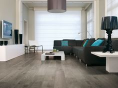 Salon moderne gris blanc et bleu / White blue grey modern living-room : http://www.maison-deco.com/conseils-pratiques/revetements-sols/Bien-choisir-son-parquet-c-est-tout-un-art